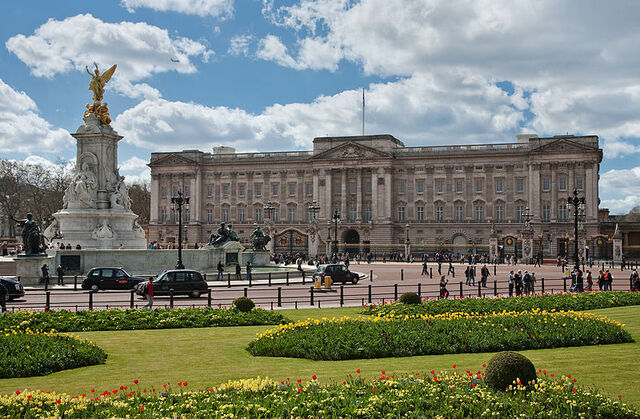 File:800px-Buckingham Palace, London - April 2009.jpg