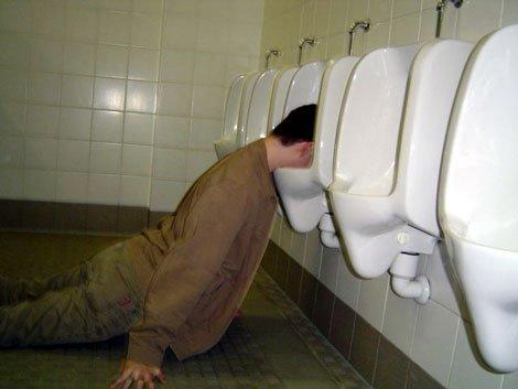 Datei:Drunk-man-in-urinal.jpg