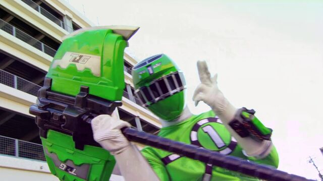 File:Kyoryuger vs. Go-Busters - ToQ 1gou Green.jpg