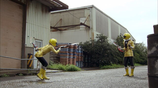 File:Gokai Yellow vs Gokai Yellow.jpg