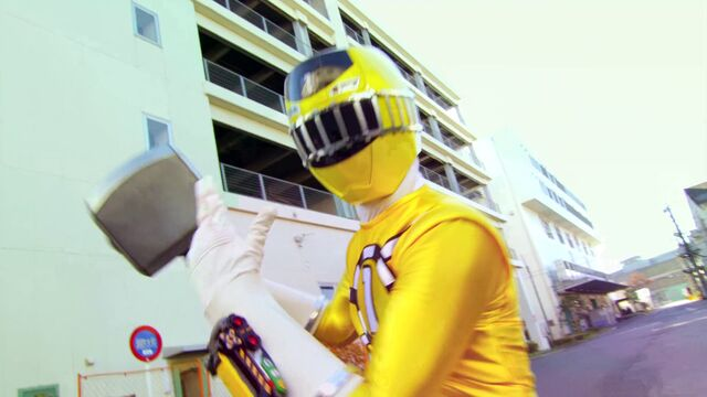 File:Kyoryuger vs. Go-Busters - ToQ 1gou Yellow.jpg