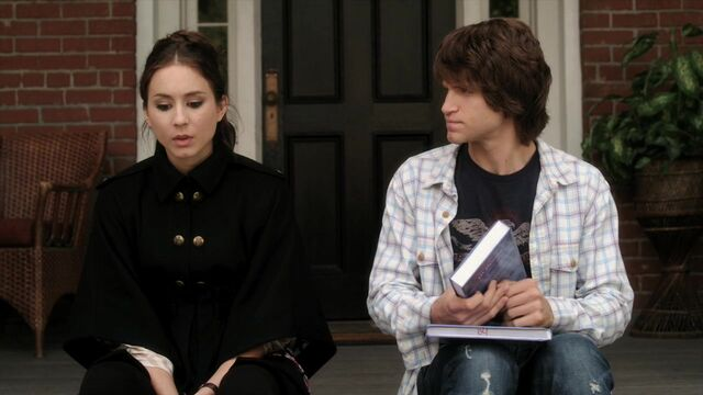 File:Pretty-little-liars-1x16-je-suis-une-amie-spencer-hastings-toby-cavanaugh-cap.jpg