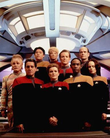 Arquivo:Elenco Voyager com Kes2.jpg