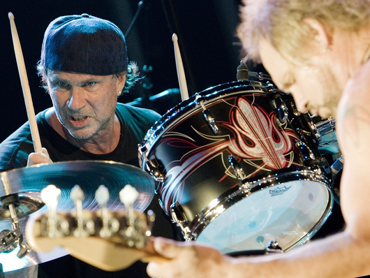 File:Chad-smith-michael-anthony-live-with-chickenfoot-corbis-530-100.jpg