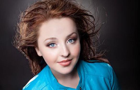 File:Alexandria-maillot-windblown-brown-hair-bright-blue-eyes-bright-blue-132696 thumb 585x795.jpg