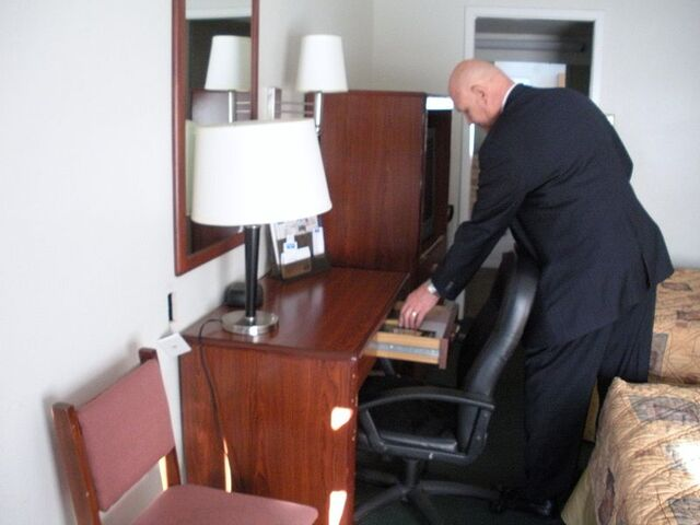 File:Gideon member distributing scripture in motel room.jpg