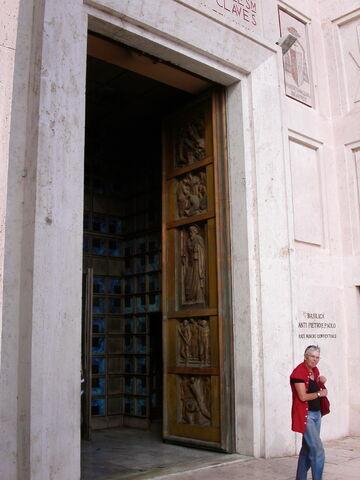 File:2011 Pietro e Paolo, door.jpg