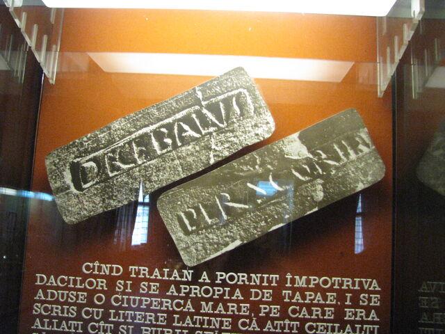 Fișier:Alba Iulia National Museum of the Union 2011 - Decebalus Per Scrorilo.JPG