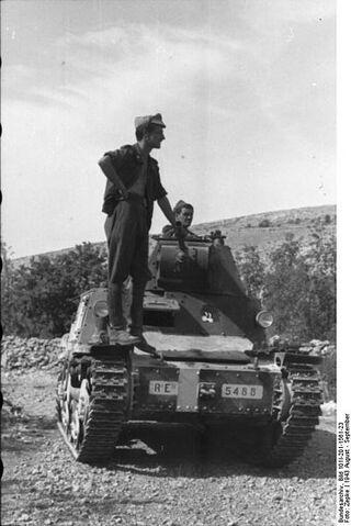 File:Bundesarchiv Bild 101I-201-1561-23, Balkan, italienischer Panzer.jpg