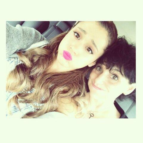 File:Ariana Grande with her mum.jpg