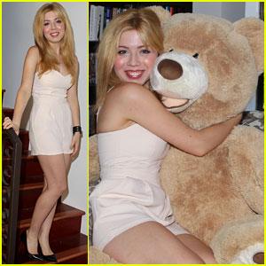 File:Jennette in a white dress cuddling a bear June 18, 2013.jpg