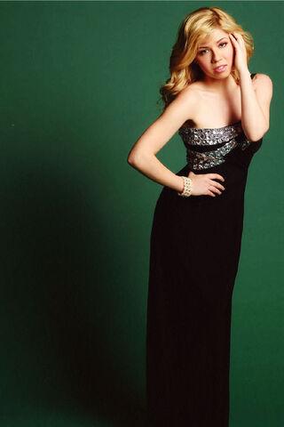 File:Jennette wearing a black dress in a Regard photoshoot.jpg