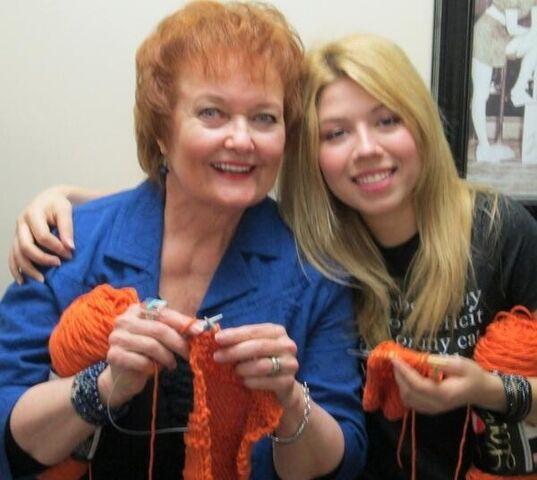 File:Jennette and Maree Knitting.jpg