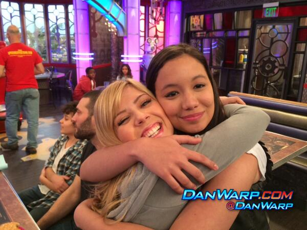 File:Jennette McCurdy with a fan.jpg