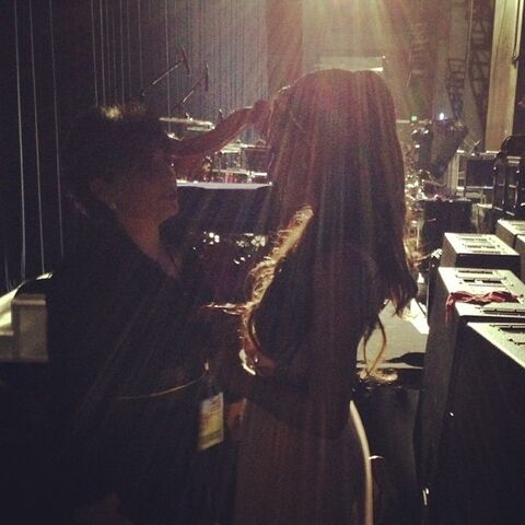 File:Ariana backstage with her mom at RDMAs 2013.jpg