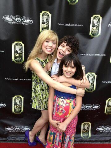 File:Jennette, Cameron, and Gianna hug May 5, 2013.jpg
