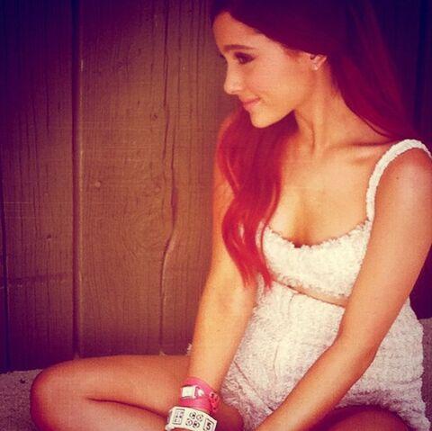 File:Ariana at Dream photoshoot - August 6, 2011.jpg