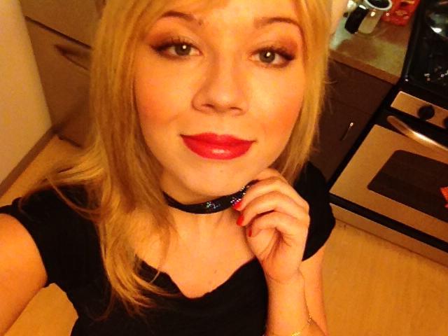 File:Jennette wearing a black necklace.jpg