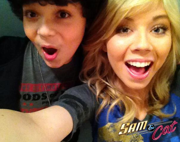 File:Cameron and Jennette in the backstage for FavoriteShow.jpg