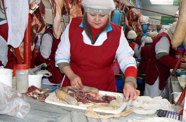 File:Horse meat sausage making.jpg