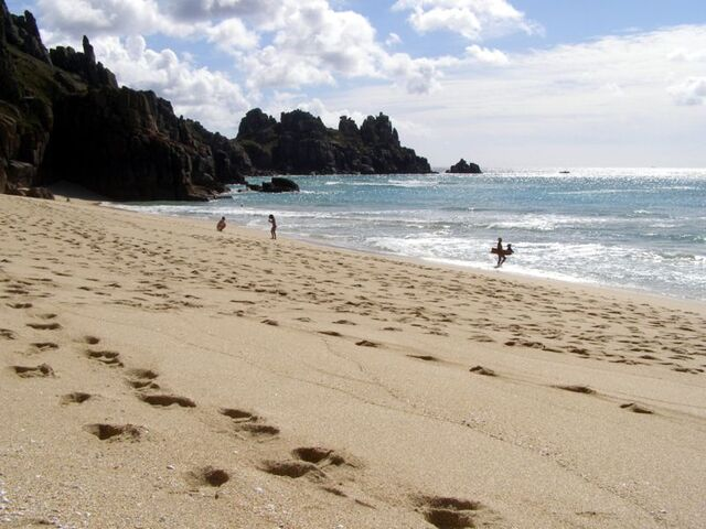 File:Pednvounder beach footprints.jpg