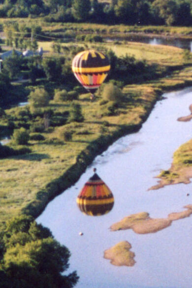 Hot air balloon water reflection Quebec