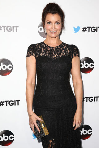 File:2014 LA TGIT Premiere Event - Bellamy Young 03.jpg