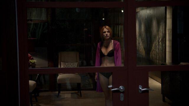 File:Scream S01E01 Pilot 1080p KISSTHEMGOODBYE NET 0204.jpg