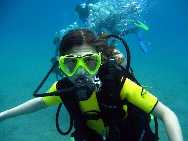 File:Erin Sanders scuba diving.jpg