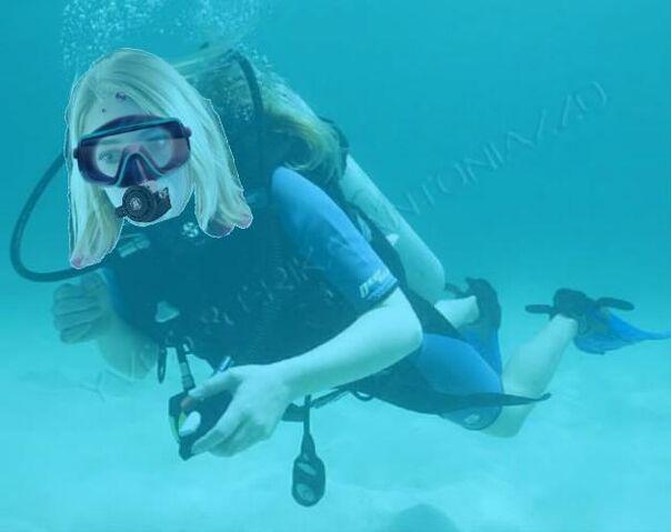 File:AnnaSophia Robb scuba diving.jpg