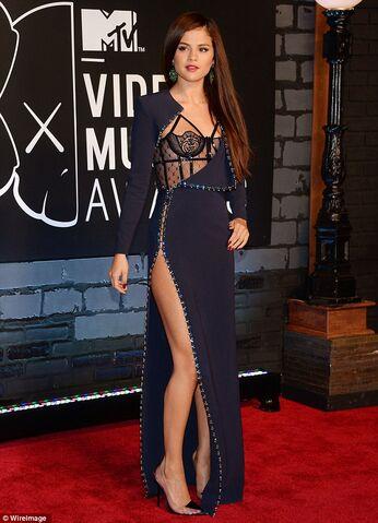 File:Selena-Gomez-dress-1.jpg