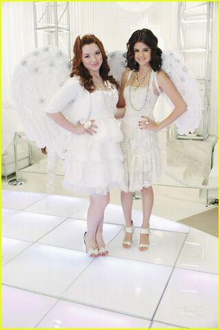 File:Selena-gomez-jennifer-stone-angel-dance-10.jpg