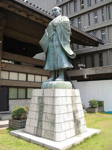 File:Rennyo Honganji statue.jpg