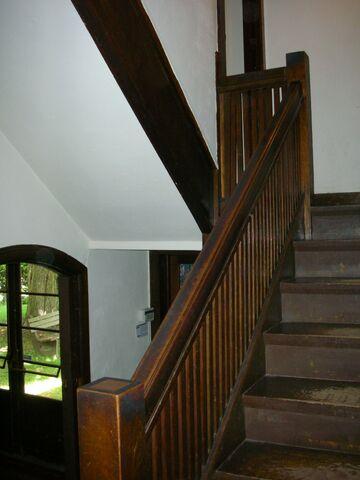 File:Waukegan Prairie House interior stairs.jpg