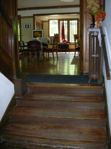 File:Waukegan Prairie House interior first steps greatroom.jpg