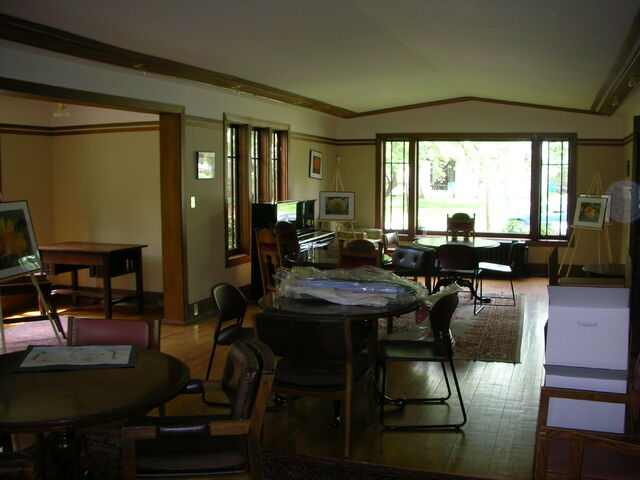 File:Waukegan Prairie House interior greatroom tables.jpg