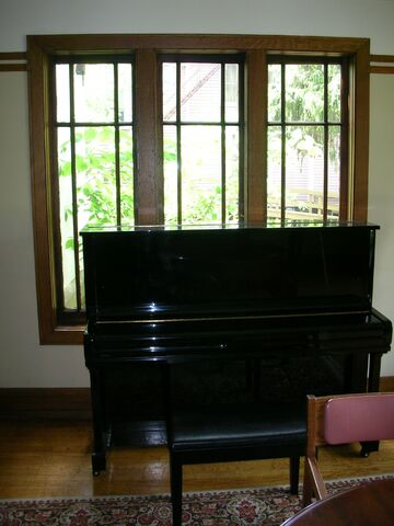 File:Waukegan Prairie House interior greatroom piano.jpg