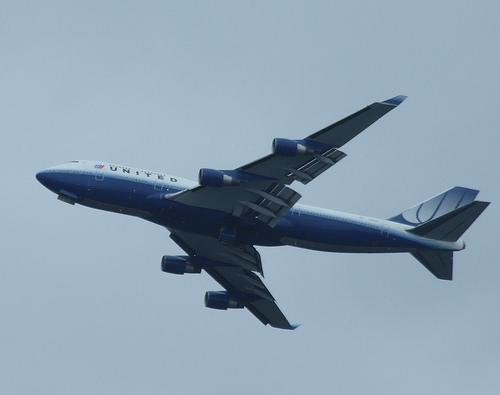 File:United Boeing 747-400 flys past for Fleet Week -2.jpg