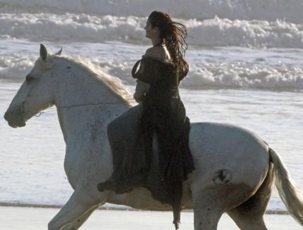 File:Kristen-stewart-snow-white-set-3-09292011-04-430x327.jpg