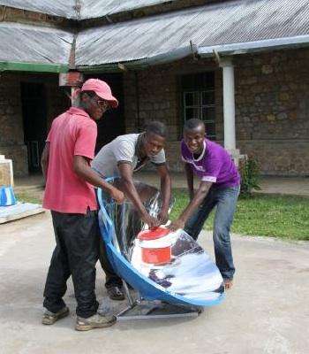 File:Blik op Afrika, locals use parabolic cooker, 2-27-14 .jpg