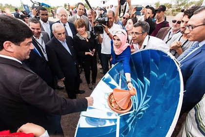 Hicham Dahbi demonstrates solar cooker to Morocco government ministers,10-28-14