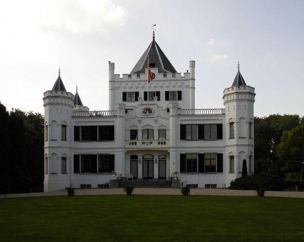 File:RealWorld Sandenburg Castle.jpg