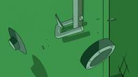 S2E4 Marco's padlock breaks apart