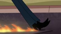 S1E15 Tom's shoes scrape against ground