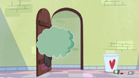 S2E8 Cloudy bumps into Star's bedroom door