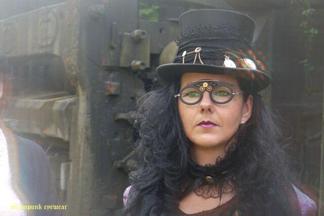File:Steampunkdame mit Brille.jpeg