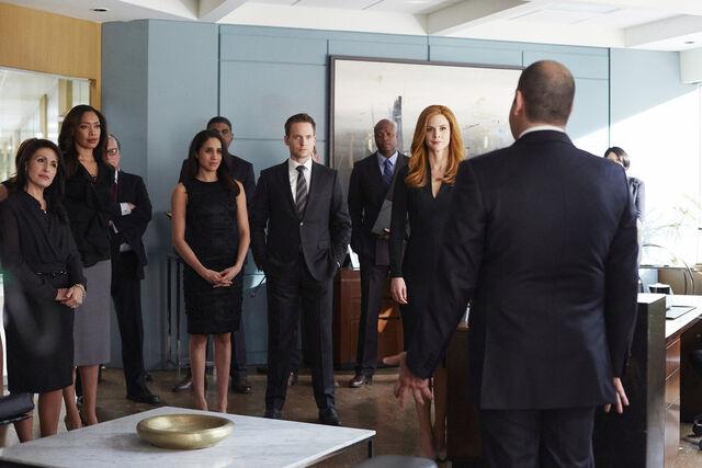 File:S04E16Promo13 - Jessica Rachel Mike Donna Louis.JPG