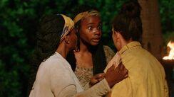Survivor-gamechangers-cirie-michaela-talk-to-sarah-at-tribal