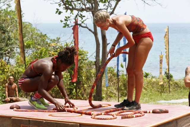 File:Cydney-gillon-and-alecia-holden-work-on-rope-puzzle-survivor-kaoh-rong-episode-4-cbs w35llx.jpg