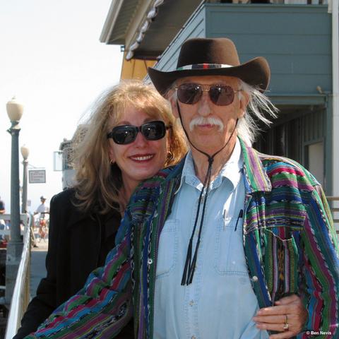 Datei:Gayle und Dennis Lynds.png